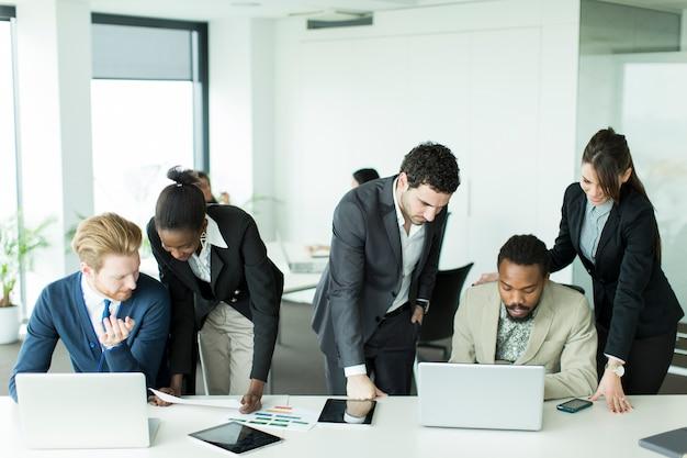 Pessoas negócio, trabalhando, junto, em, escritório Foto Premium