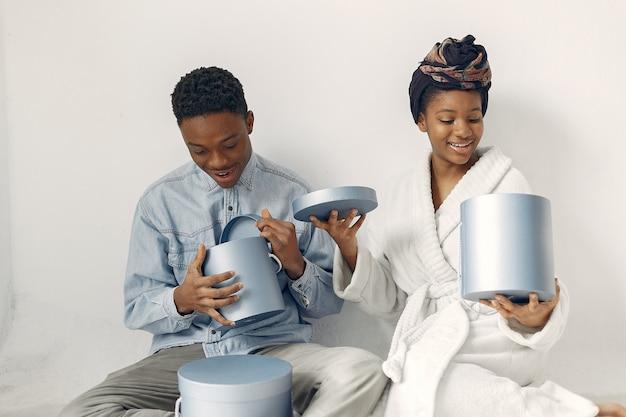 Pessoas negras com presentes Foto gratuita