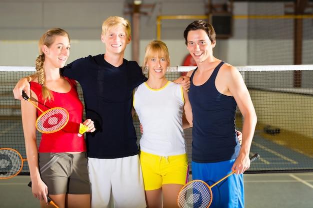 Pessoas no ginásio de esporte antes de badminton Foto Premium