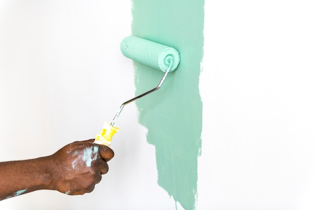 Pessoas pintando a parede da casa Foto gratuita