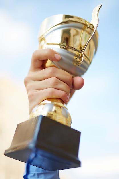 Pessoas prêmio recompensa que mostra a vitória Foto Premium