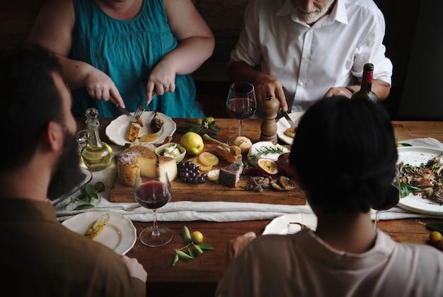 Pessoas que apreciam uma ideia de receita de fotografia de comida de prato de queijo Foto gratuita