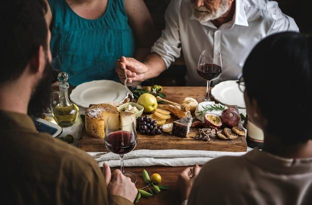 Pessoas que apreciam uma ideia de receita de fotografia de comida de prato de queijo Foto Premium