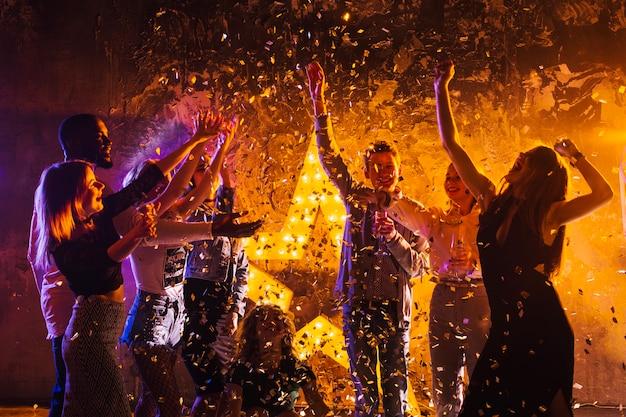 Pessoas que comemoram à noite Foto gratuita