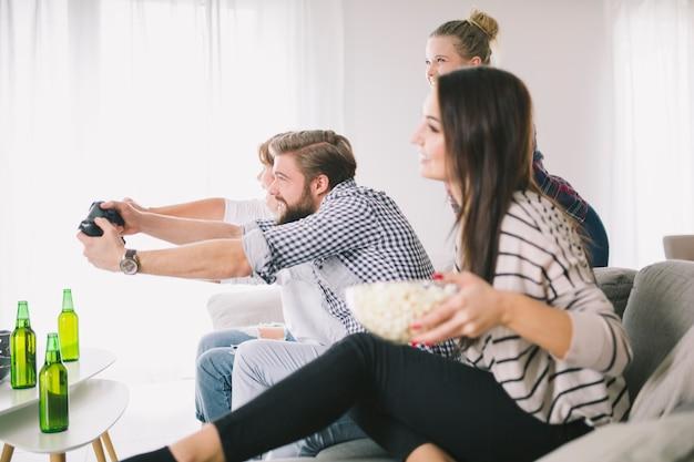 Pessoas que jogam videogame em grupo de amigos Foto gratuita