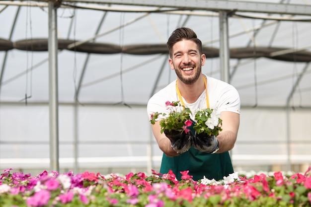 Pessoas que trabalham em uma loja de jardinagem Foto Premium
