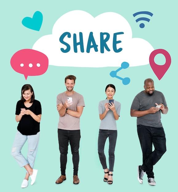 Pessoas que usam seus telefones e ícones de conceito de mídia social Foto gratuita