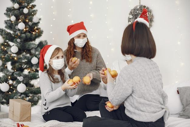 Pessoas reparando pelo natal. duas mães brincando com seus filhos. coronavirus thime. isolamento. Foto gratuita