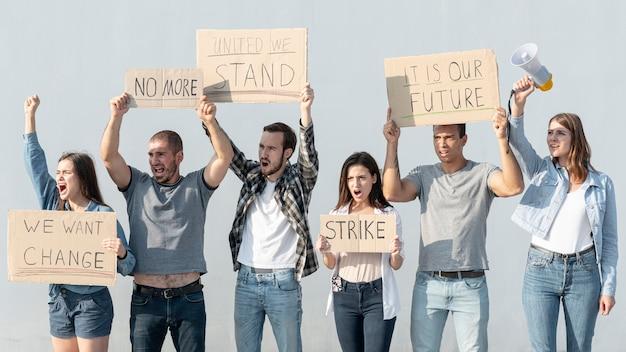 Pessoas reunidas golpeando Foto gratuita