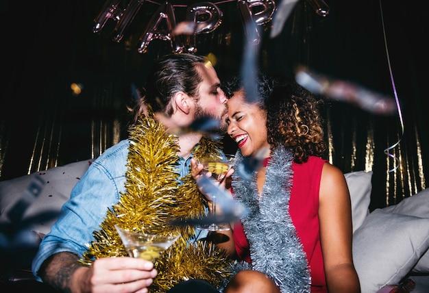 Pessoas se divertindo em uma festa Foto Premium