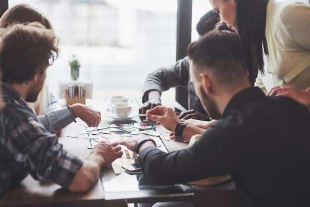 Pessoas se divertindo enquanto jogava jogo de tabuleiro Foto Premium