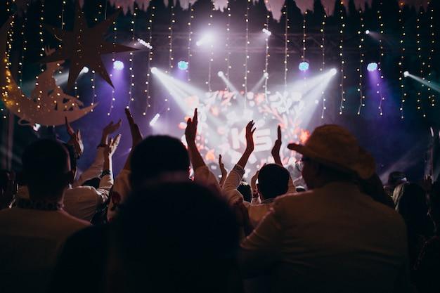 Pessoas se divertindo no salão do casamento Foto gratuita