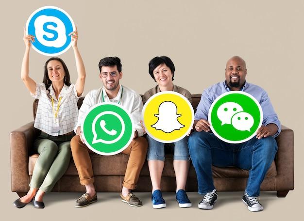 Pessoas segurando ícones de marcas digitais Foto Premium