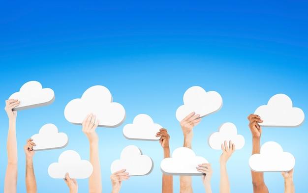 Pessoas, segurando, nuvens Foto gratuita