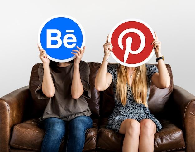 Pessoas, segurando, social, mídia, ícones Foto gratuita