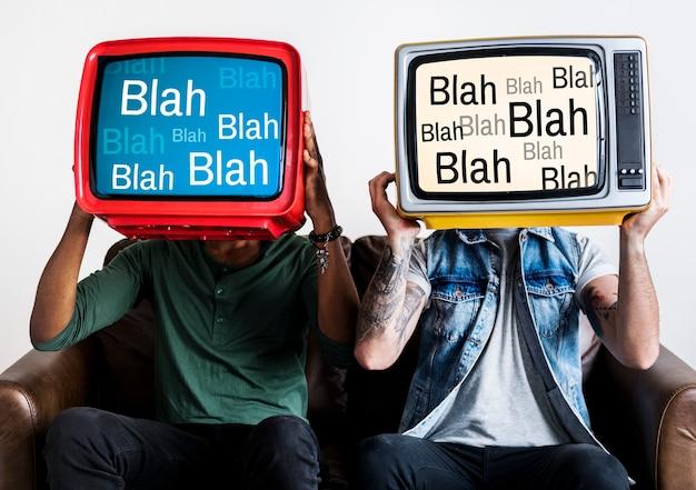 Pessoas segurando televisores retrô com blah blah blah na tela Foto gratuita