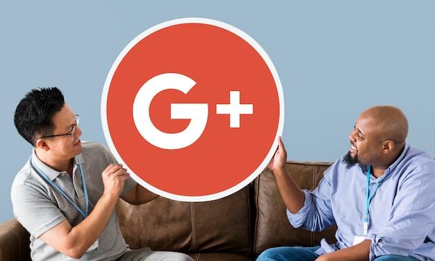 Pessoas segurando um ícone do google plus Foto gratuita