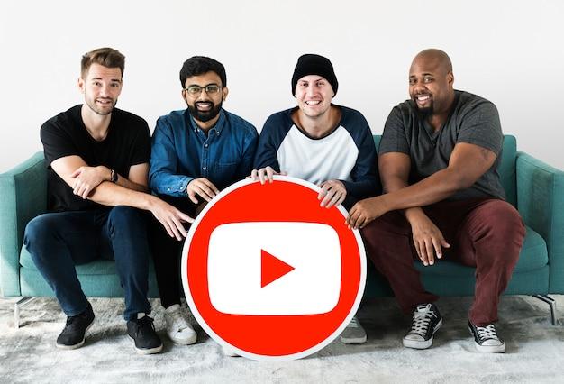 Pessoas segurando um ícone do youtube Foto gratuita