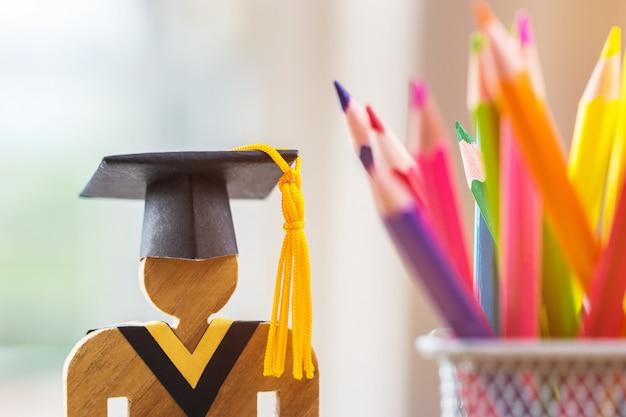 Pessoas, sinal, madeira, com, graduação comemorando, boné, borrão, caixa lápis Foto Premium