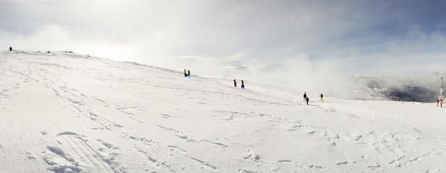 Pessoas, tendo divertimento, em, nevado, montanhas, em, nevada sierra Foto Premium