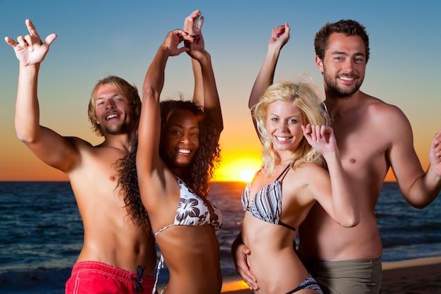 Pessoas, tendo, partido, em, praia Foto Premium