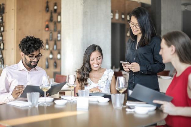 Pessoas tendo um almoço de negócios em um restaurante elegante Foto Premium