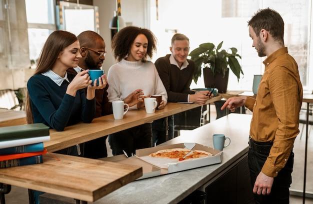 Pessoas tomando café durante uma reunião Foto gratuita