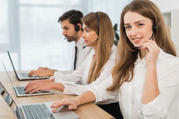 Pessoas trabalhando em call center Foto gratuita