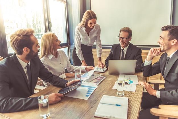 Pessoas usando gadgets enquanto estão sentados na conferência Foto Premium