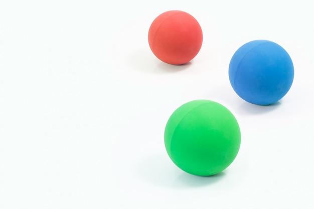 Pet fornecimentos sobre bolas de borracha de vermelho, verde e azul para animal de estimação isolado Foto Premium