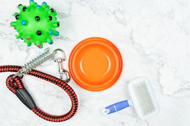 Pet tigela, trelas e brinquedos para cachorro. conceito de acessórios para animais de estimação. Foto Premium
