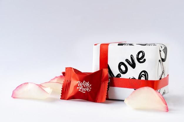 Pétalas de rosa e chocolates. dia dos namorados. Foto Premium