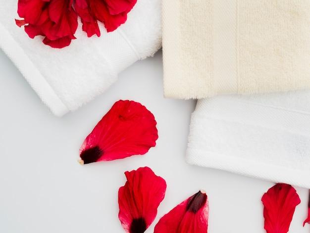 Pétalas de vista superior com toalhas Foto gratuita