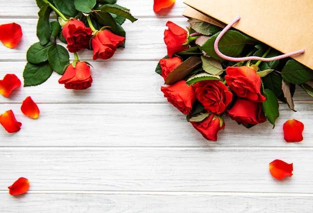 Pétalas e rosas vermelhas Foto Premium