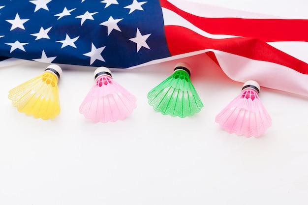 Petecas de badminton e bandeira nacional dos eua Foto Premium