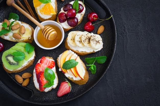 Petiscos doces assorted do verão. bruschetta ou sanduíches Foto Premium