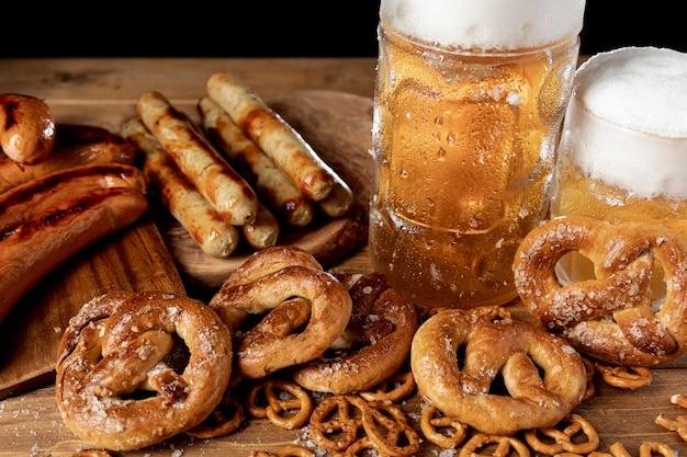 Petiscos e bebidas tradicionais da baviera Foto gratuita