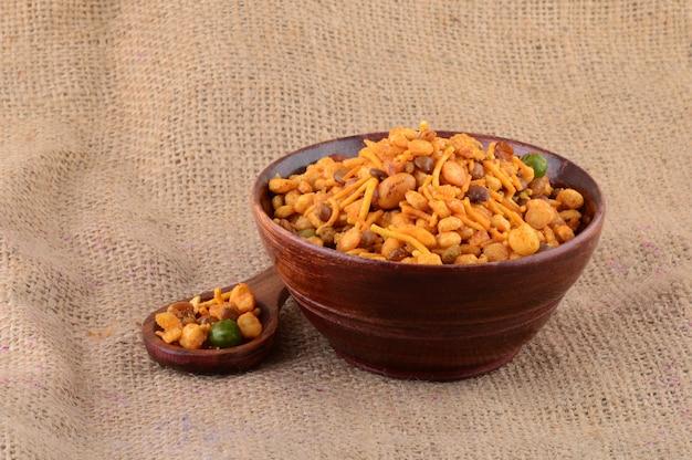Petiscos indianos: mistura (nozes assadas com sal, pimenta, especiarias, leguminosas, ervilhas) Foto Premium