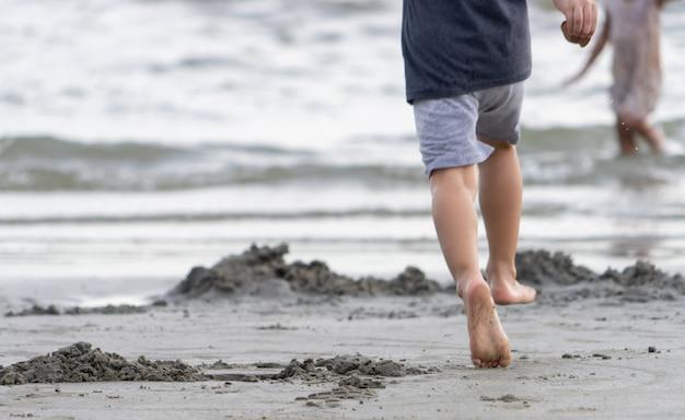 Pezinhos correndo em uma praia de areia Foto Premium