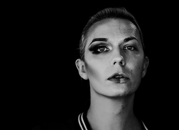 Photoshoot contemporâneo de uma mulher transexual Foto gratuita