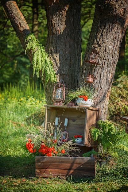 Photoshoot decoração de casamento na madeira mágica para um casal apaixonado. Foto Premium