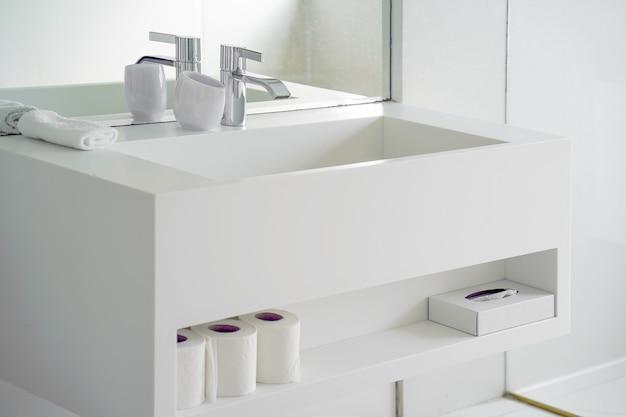 Pia branca moderna do banheiro com torneira. interior da casa de banho com lavatório e torneira. Foto Premium