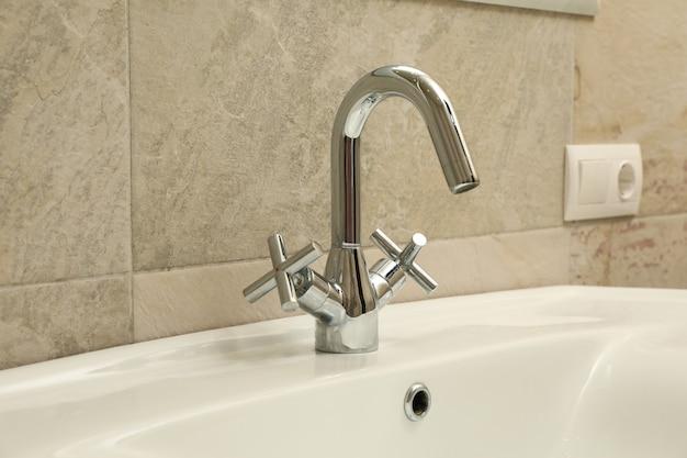 Pia e torneira em banheiro moderno Foto Premium