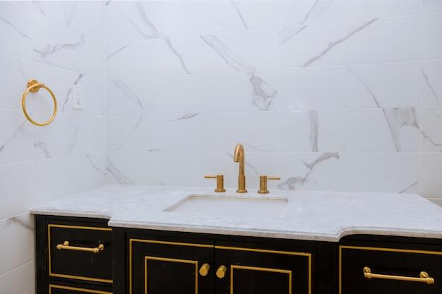 Pia moderna feita de lavatório minimalista contemporâneo com baterias cromadas Foto Premium