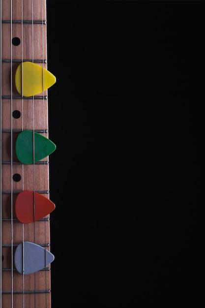 Picaretas coloridas no pescoço da guitarra Foto gratuita