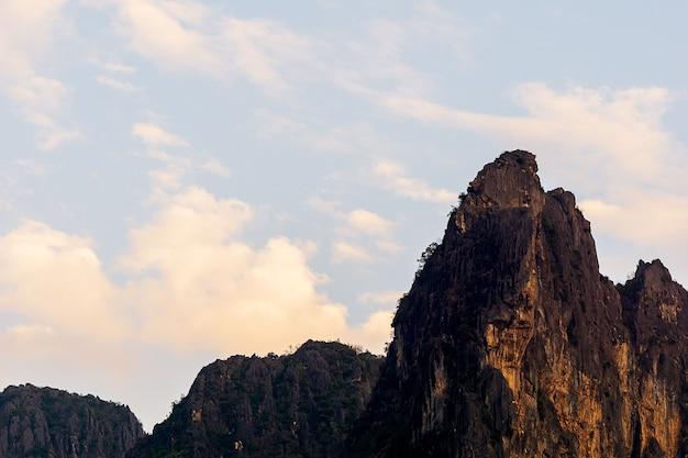 Pico da montanha e céu nublado fundo de paisagem de natureza Foto Premium
