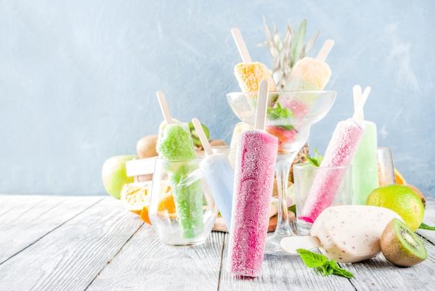 Picolé de sorvete de frutas coloridas Foto Premium