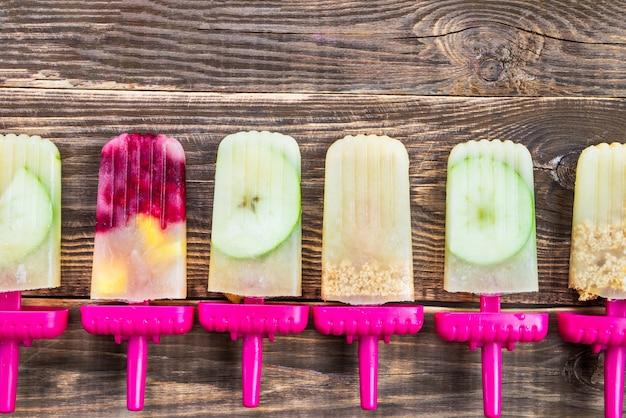 Picolé vegan caseiro de suco de maçã congelado e bagas Foto Premium