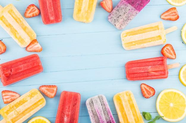 Picolés de frutas saudáveis Foto gratuita