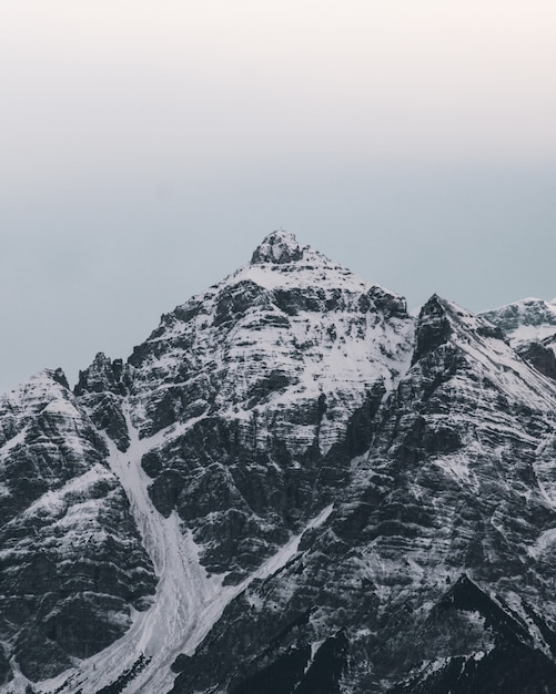 Picos de montanha coberta de neve bonita Foto gratuita